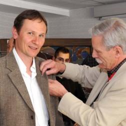 Patrick Richard-Asta, restaurateur de mobilier, se fait remettre sa rosette par Daniel Damidot.