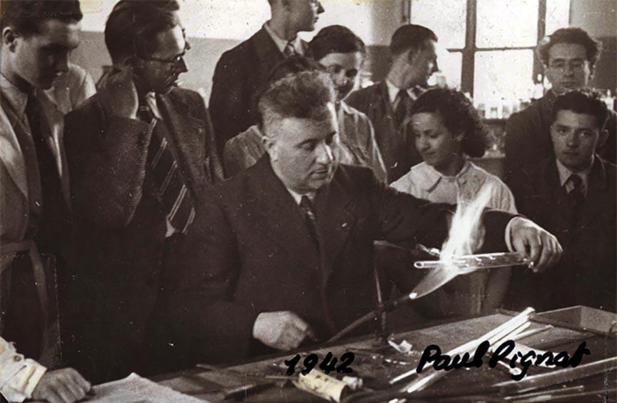 Paul Pignat donnant un cours de chimie en 1942