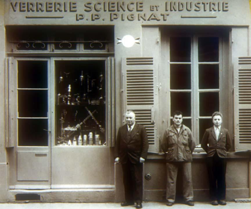 Paul Pignat devant son atelier de la rue Sébastien-Gryphre