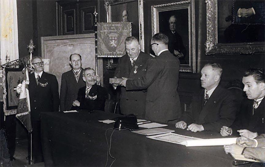 Pierre Pignat reçoit la Légion d'honneur en 1954
