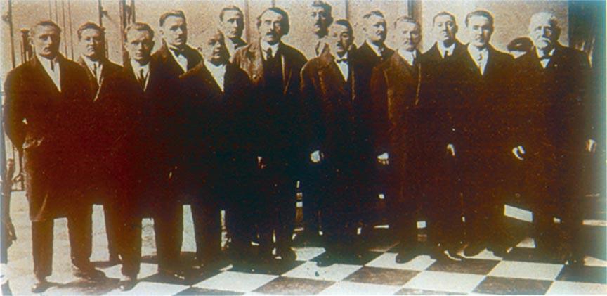De gauche à droite : Mirey, charron - Favro, forgeron - Haas, ferblantier - Delorme, charpentier - Chaucheyras, fondeur - Petit, menuisier - Castelain, dessinateur - François, charpentier - Madurel, serrurier - Verger, plombier - Zajac, ébéniste - Rezette, verrier - Faligant, menuisier - Flouret, charron.