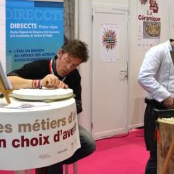 David LIA, compagnon, mosaïste et Nicolas SALAGNAC, graveur médailleur, en démonstration sur le stand métiers d'Art du Mondial des Métiers.