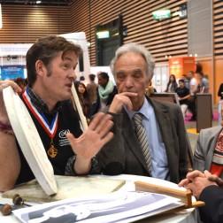Nicolas SALAGNAC, graveur médailleur présente son travail en cours, une médaille pour l'ONU, avec Françoise MOULIN CIVIL rectrice de l'académie de Lyon et Michel DELARBRE du Mondial des Métiers