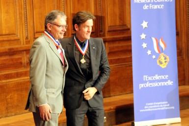 Jean-Luc Seigneur, graveur de gaufrage, MOF 2015, avec Nicolas Salagnac, président de la classe gravure.