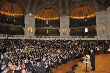 Alain Bariller, secrétaire général du COET, devant les 225 nouveaux MOF dans le grand amphithéâtre de la Sorbonne.