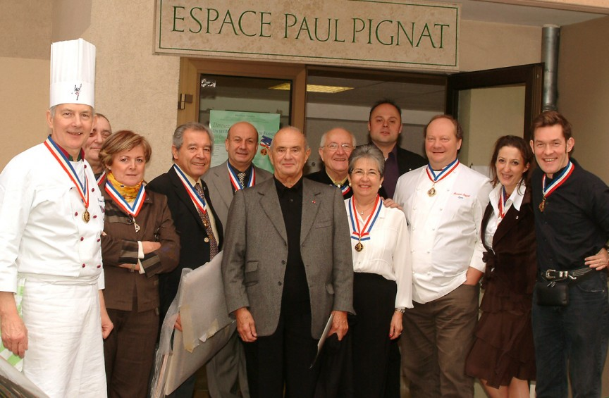 photo_Paul_Bocuse_devant_espace_paul_Pignat