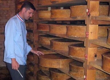 Contrôle de l'affinage de meules de comté par Christian Janier, MOF 2000 fromager affineur